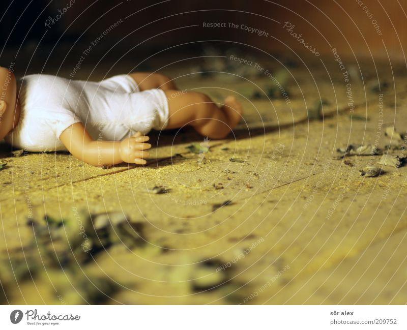 vergessene Puppe alt Einsamkeit Traurigkeit Tod Holz liegen Angst dreckig Kindheit Armut Kindheitserinnerung Trauer Vergangenheit Symbole & Metaphern Spielzeug Schmerz