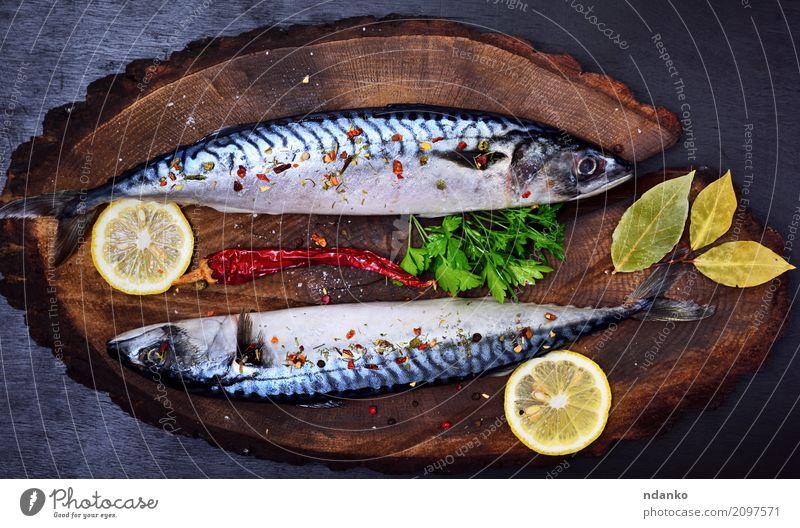 Makrele in Gewürzen Meeresfrüchte Kräuter & Gewürze Ernährung Mittagessen Abendessen Diät Tisch Restaurant Gastronomie Natur Tier Holz dunkel frisch natürlich