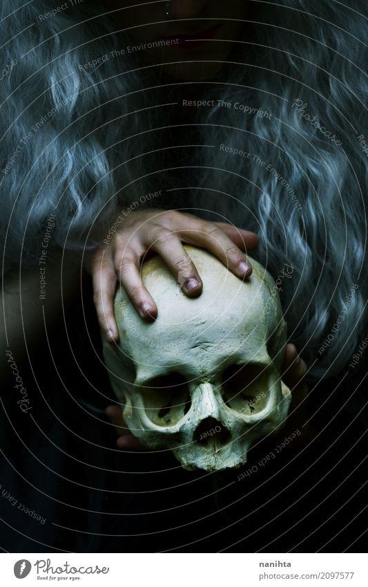 Hände, die einen menschlichen Schädel anhalten Mensch Jugendliche weiß Hand Einsamkeit 18-30 Jahre dunkel schwarz Erwachsene Religion & Glaube Leben Tod grau