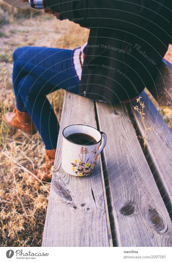 Herbstkaffee über einer Holzbank Mensch Ferien & Urlaub & Reisen Jugendliche Junge Frau ruhig Freude 18-30 Jahre Erwachsene Leben Lifestyle Gesundheit feminin