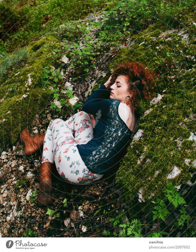 Junge Rothaarige Hippiefrau, die in der Natur stillsteht Lifestyle Wellness Sinnesorgane Erholung ruhig Meditation Mensch feminin Junge Frau Jugendliche 1