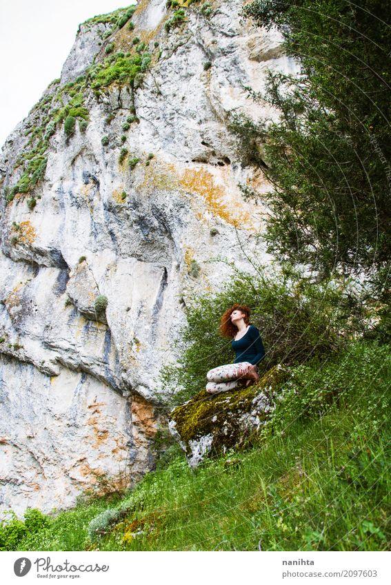 Junge Frau allein in einem Berg Ferien & Urlaub & Reisen Tourismus Abenteuer Ferne Freiheit Expedition Berge u. Gebirge Mensch feminin Jugendliche 1 18-30 Jahre