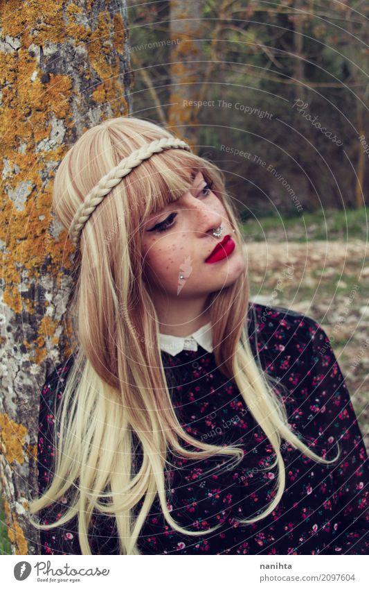 Junge blonde Frau, die auf einem Baum sich lehnt Mensch Natur Jugendliche Junge Frau schön ruhig Wald 18-30 Jahre Erwachsene natürlich feminin Stil Mode elegant