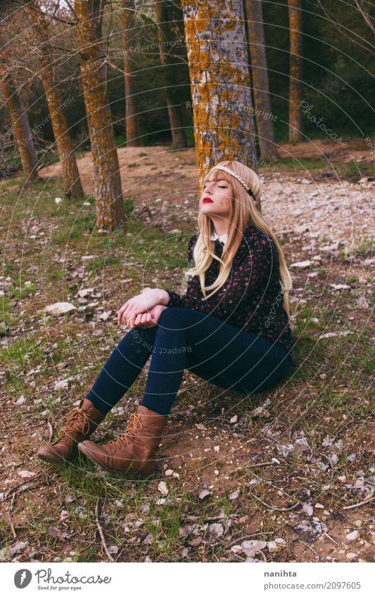 Junge Hippiefrau, die in einem Wald sitzt Lifestyle Wellness harmonisch Erholung ruhig Ferien & Urlaub & Reisen Tourismus Abenteuer Mensch feminin Junge Frau