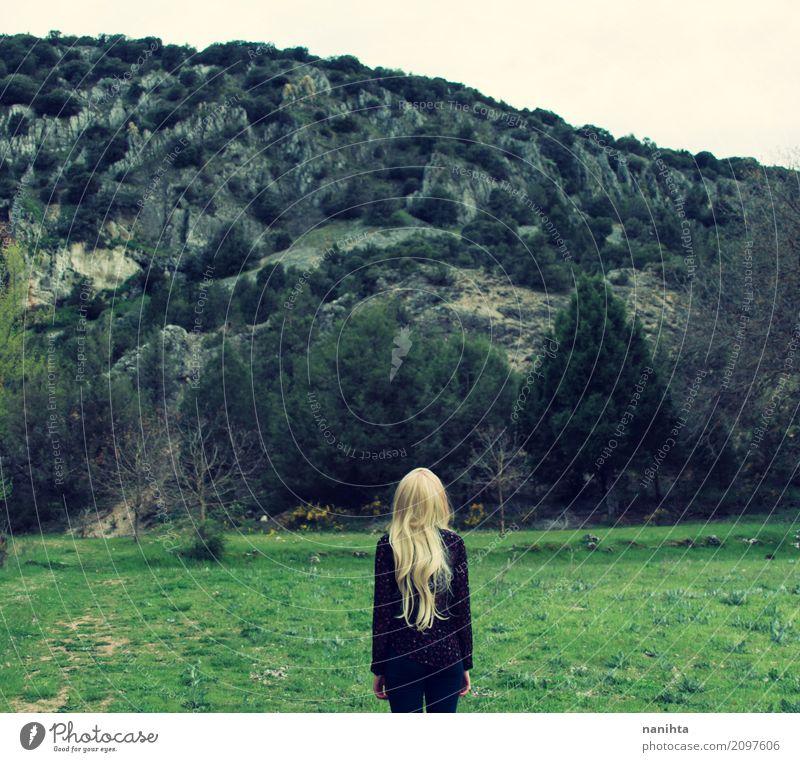 Hintere Ansicht einer jungen Frau, die vor einem Berg steht Mensch Natur Ferien & Urlaub & Reisen Jugendliche Junge Frau grün Landschaft Erholung Einsamkeit