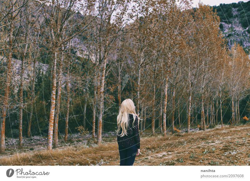 Blonde Frau allein in einem Wald Lifestyle harmonisch Sinnesorgane Erholung Meditation Mensch feminin Junge Frau Jugendliche 1 18-30 Jahre Erwachsene Umwelt