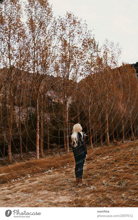 Junge Frau verloren in einem Wald Mensch feminin Jugendliche 1 18-30 Jahre Erwachsene Umwelt Natur Landschaft Herbst Baum Gras Stiefel blond langhaarig stehen