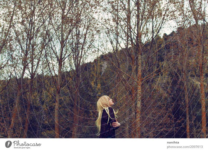 Junge blonde Frau alleine im Wald Lifestyle Stil Wellness Erholung ruhig Ferien & Urlaub & Reisen Abenteuer Freiheit Mensch feminin Junge Frau Jugendliche 1