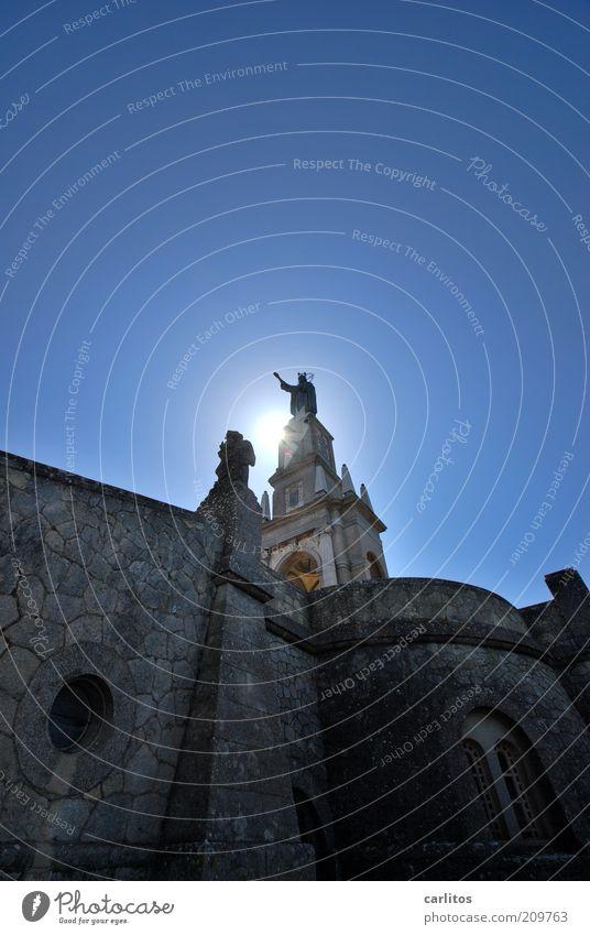 Gegenlichtgestalt Wolkenloser Himmel Sonne Sommer Bauwerk Mauer Wand Fassade Fenster Sehenswürdigkeit Wahrzeichen Denkmal leuchten stehen ästhetisch bedrohlich