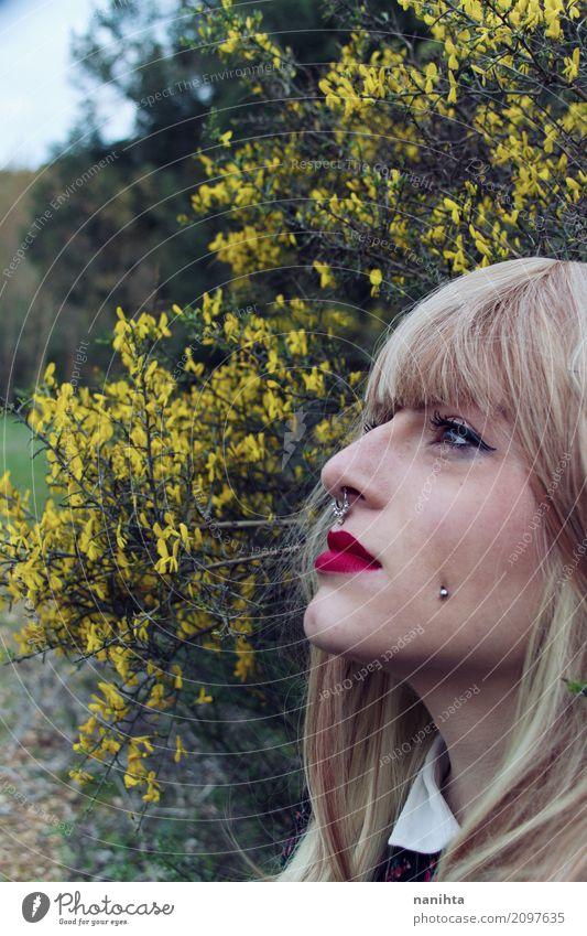Junges alternatives Modell in einem Park voll von Blumen Mensch Natur Jugendliche Junge Frau schön Erholung 18-30 Jahre Gesicht Erwachsene gelb Lifestyle