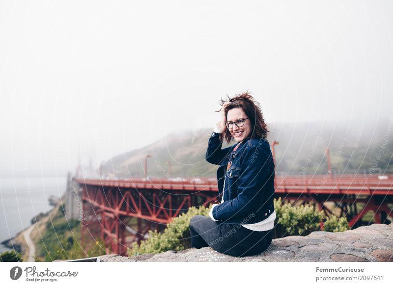 Roadtrip West Coast USA (134) Mensch Frau Ferien & Urlaub & Reisen Jugendliche Junge Frau 18-30 Jahre Erwachsene Küste feminin Mauer Tourismus Nebel sitzen