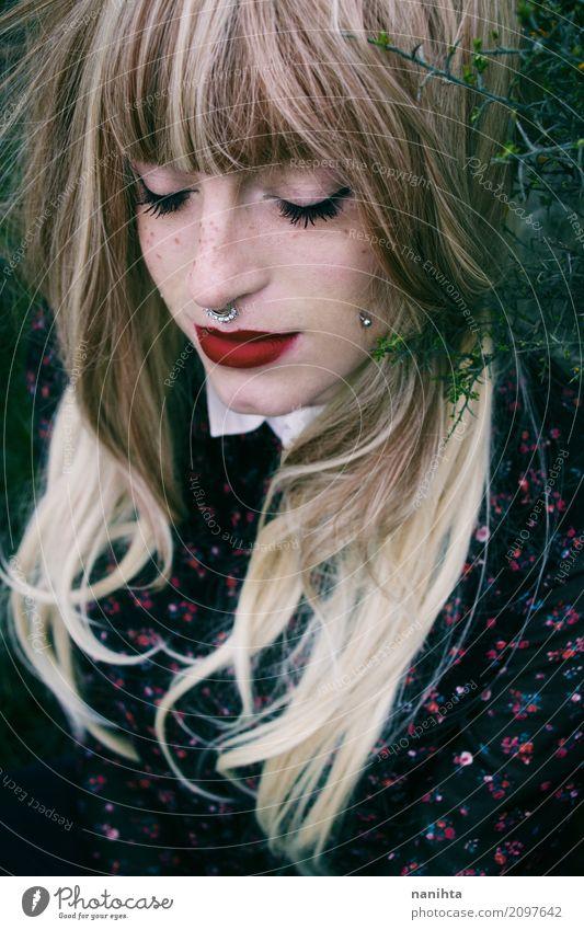 Junge und schöne Tagträumerfrau elegant Stil Lippenstift Sommersprossen Erholung ruhig Meditation Mensch feminin Junge Frau Jugendliche 1 18-30 Jahre Erwachsene