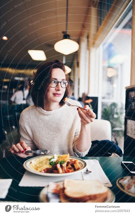 Roadtrip West Coast USA (115) feminin Junge Frau Jugendliche Erwachsene Mensch 18-30 Jahre 30-45 Jahre genießen Omelett Bratkartoffeln Besteck Essen brünett
