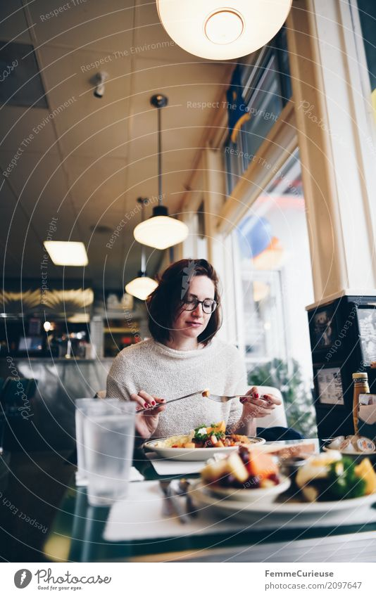 Roadtrip West Coast USA (120) feminin Junge Frau Jugendliche Erwachsene Mensch 18-30 Jahre 30-45 Jahre genießen Diner Restaurant Straßencafé Westküste