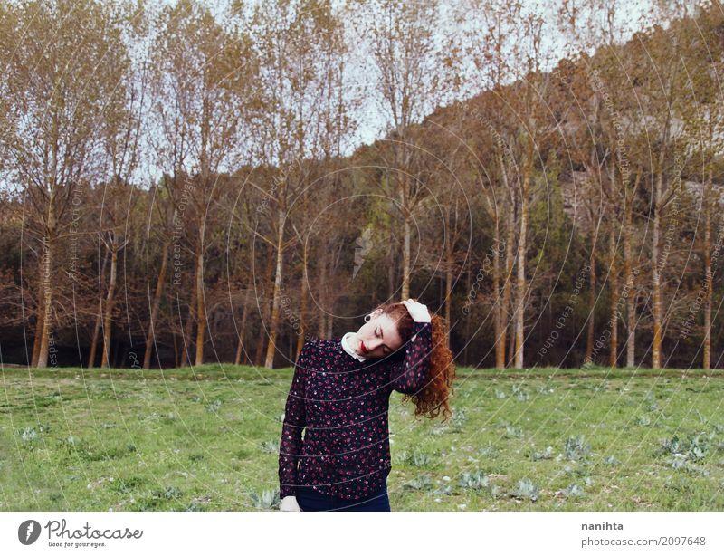 Junge Rothaarigefrau in einem Wald Mensch feminin Junge Frau Jugendliche 1 18-30 Jahre Erwachsene Umwelt Natur Landschaft Frühling Herbst Baum Gras rothaarig