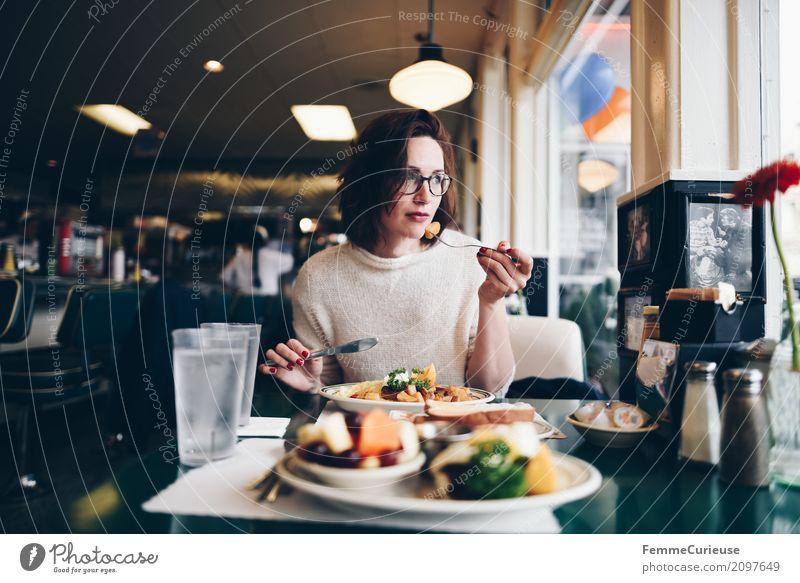 Roadtrip West Coast USA (118) feminin Junge Frau Jugendliche Erwachsene Mensch 18-30 Jahre 30-45 Jahre genießen Diner Restaurant Straßencafé Westküste