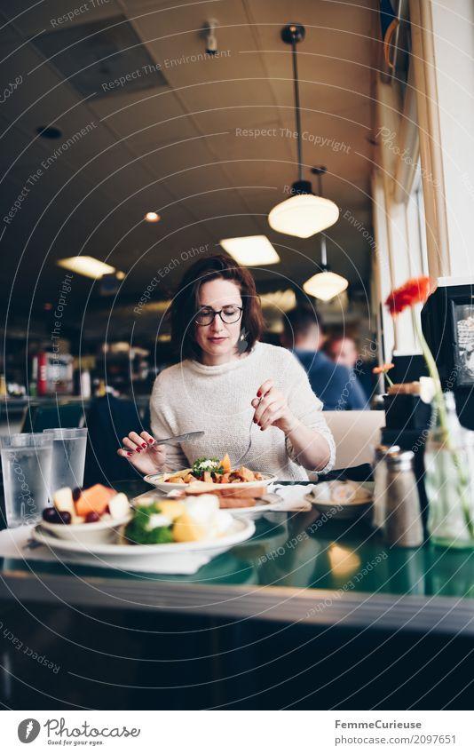Roadtrip West Coast USA (112) feminin Junge Frau Jugendliche Erwachsene Mensch 18-30 Jahre 30-45 Jahre Tourismus Diner Frühstück Omelett Obstsalat Spiegelei