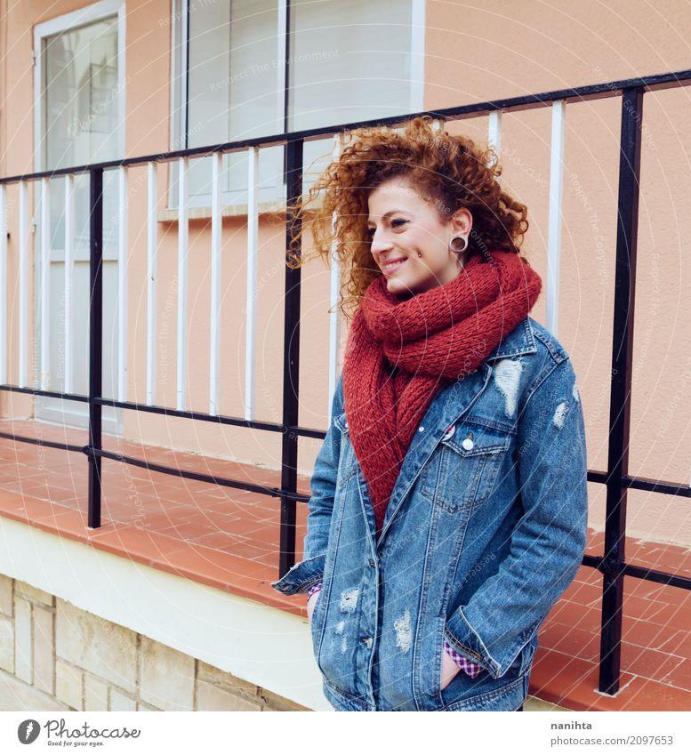 Junge Rothaarigefrau mit modischer Kleidung Lifestyle Stil Freude Wellness Leben Mensch feminin Junge Frau Jugendliche 1 18-30 Jahre Erwachsene Mode Jeanshose