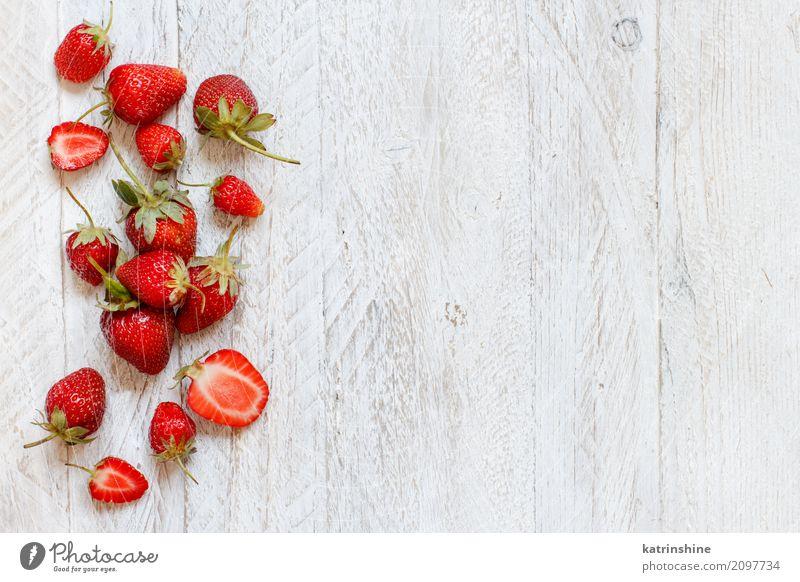 Erdbeeren auf einer weißen Draufsicht des Holztischs Frucht Dessert Diät Sommer Tisch frisch hell lecker natürlich saftig braun rot Farbe Beeren Tablett