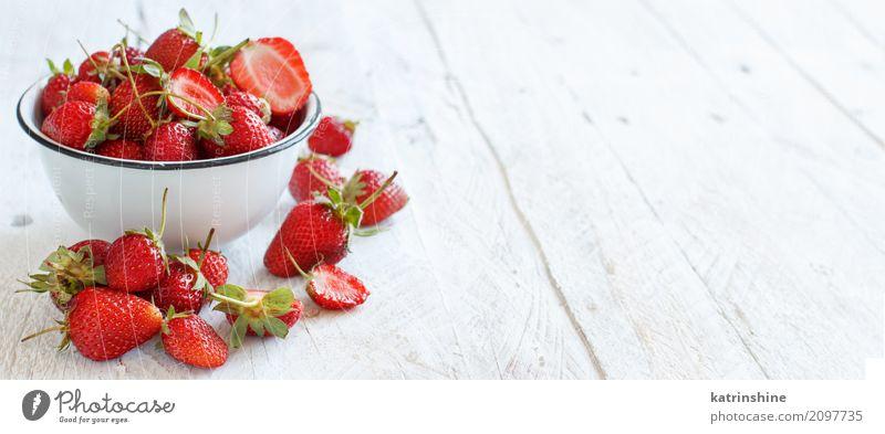 Erdbeeren in einer Schüssel auf einem weißen Holztisch Sommer Farbe rot natürlich Textfreiraum hell Frucht frisch Tisch lecker Jahreszeiten Dessert Beeren