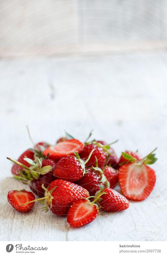 Erdbeeren auf einem weißen Holztischabschluß oben Frucht Dessert Diät Sommer Tisch frisch hell lecker natürlich saftig rot Farbe Beeren Tablett farbenfroh
