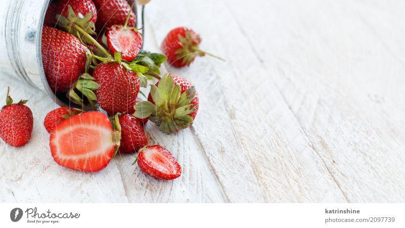 Erdbeeren in einem Eimer auf einem weißen Holztisch Frucht Dessert Diät Sommer Tisch Menschengruppe frisch hell lecker natürlich saftig rot Farbe Beeren