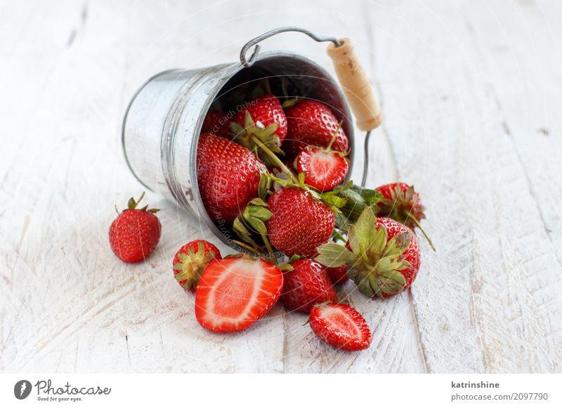 Erdbeeren in einem Eimer auf einem weißen Holztisch Sommer Farbe rot natürlich Menschengruppe hell Frucht frisch Tisch lecker Jahreszeiten Dessert Beeren