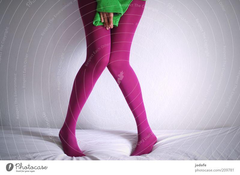 schüchtern II Mensch feminin Junge Frau Jugendliche Erwachsene Beine 1 18-30 Jahre grün rosa Strumpfhose Schüchternheit x-beinig Hand verdecken verstecken dünn