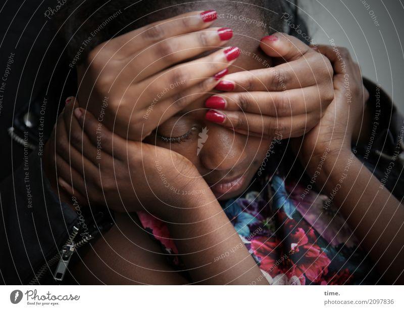 keep in touch (I) feminin Mädchen Hand 2 Mensch Kleid schwarzhaarig festhalten träumen dunkel nah schön Wärme Geborgenheit Zusammensein Verantwortung