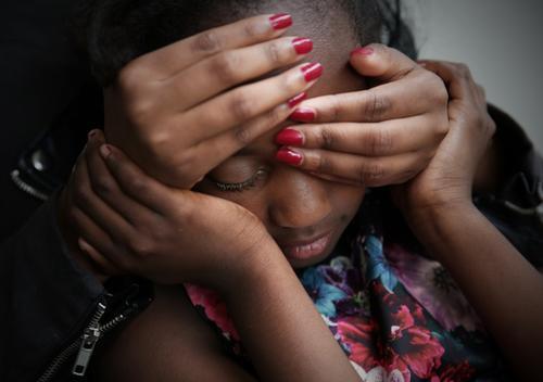 . Mensch schön Hand Mädchen dunkel Wärme Traurigkeit Gefühle feminin Zusammensein Angst träumen authentisch gefährlich bedrohlich Schutz