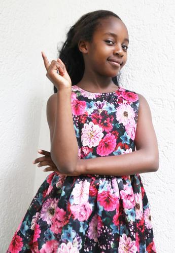 . Mensch schön Mädchen Leben Wand feminin Mauer Zufriedenheit Kommunizieren Lächeln Fröhlichkeit Lebensfreude beobachten Freundlichkeit Neugier festhalten