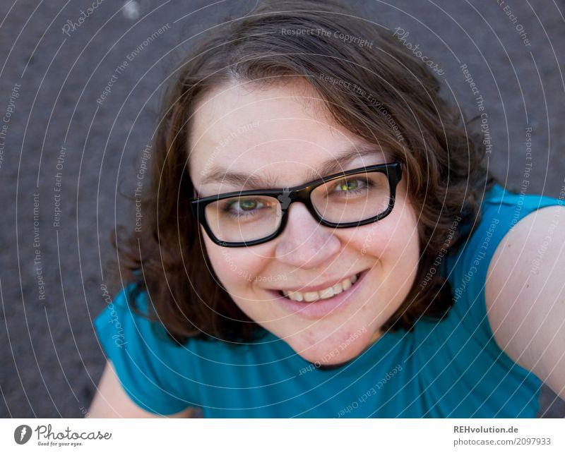 Selfie von einer Frau Freude Glück Mensch feminin Junge Frau Jugendliche Erwachsene Gesicht 1 30-45 Jahre Straße Brille Haare & Frisuren brünett langhaarig