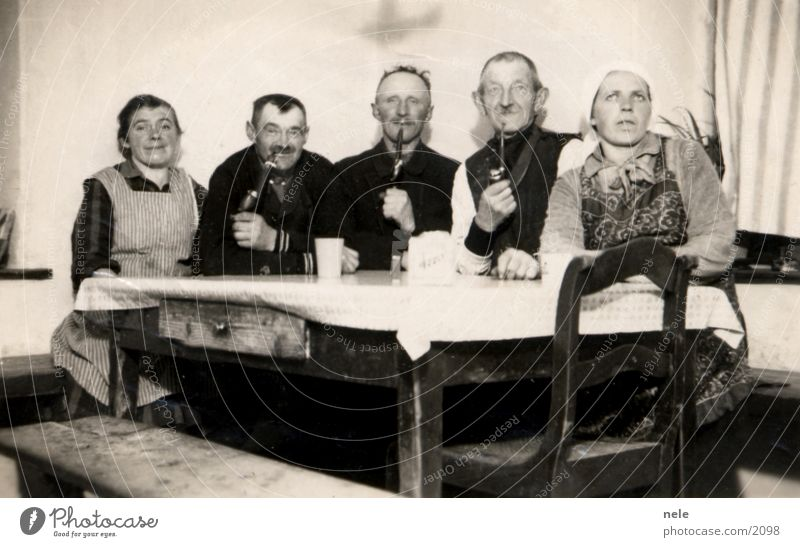wortlos glücklich Dorf Tradition Tisch Kopftuch Fotografie Mensch alt Rauchen Vergangenheit Feste & Feiern Trillerpfeife Großvater Großmutter