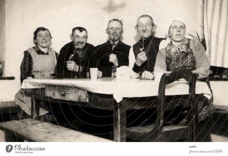 wortlos glücklich Mensch alt Feste & Feiern Fotografie Tisch Rauchen Dorf Großmutter Vergangenheit Großvater Tradition Kopftuch Trillerpfeife