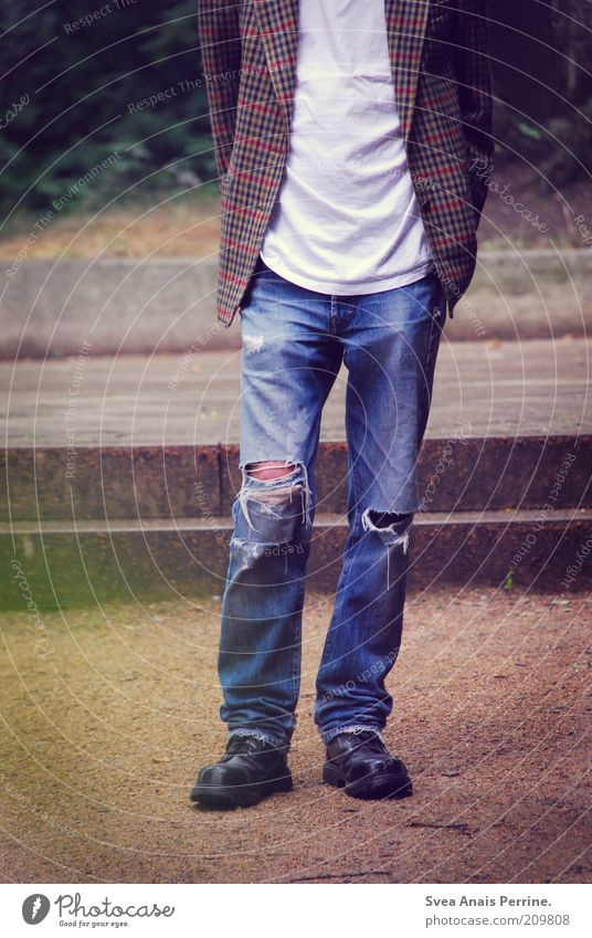 der rest. Mensch Jugendliche alt Beine Park Schuhe Erwachsene warten Mode maskulin Lifestyle Coolness Jeanshose kaputt T-Shirt