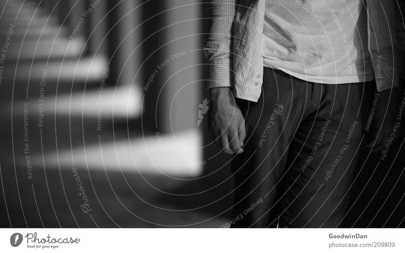 Beständig Mensch maskulin stehen warten authentisch nah Stimmung Gelassenheit ruhig Schwarzweißfoto Außenaufnahme Nacht Schwache Tiefenschärfe Kolonnaden