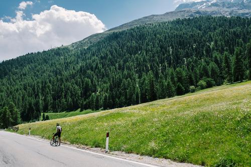 warten auf den Mannschaftswagen Natur Ferien & Urlaub & Reisen blau Sommer grün Landschaft ruhig Berge u. Gebirge Erwachsene Straße Bewegung Sport