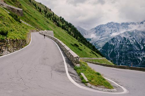 Kehre 30 von 48 Himmel Natur Ferien & Urlaub & Reisen Sommer grün Landschaft Einsamkeit Wolken Berge u. Gebirge Straße Umwelt Wege & Pfade Sport