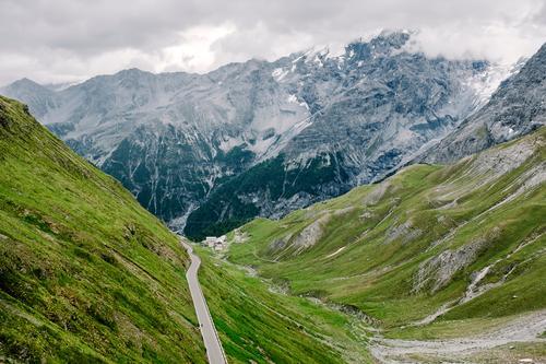 Stilfser Natur Sommer grün Landschaft Einsamkeit Wolken Berge u. Gebirge Straße Umwelt Wege & Pfade natürlich Idylle Fahrradfahren hoch bedrohlich Gipfel