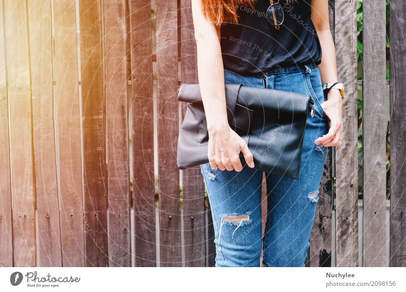 Modebewusste Frau kaufen Stil schön Sommer Mensch Erwachsene Straße Bekleidung Hemd Jeanshose Accessoire Brille Holz Coolness trendy schwarz zerrissen Mädchen