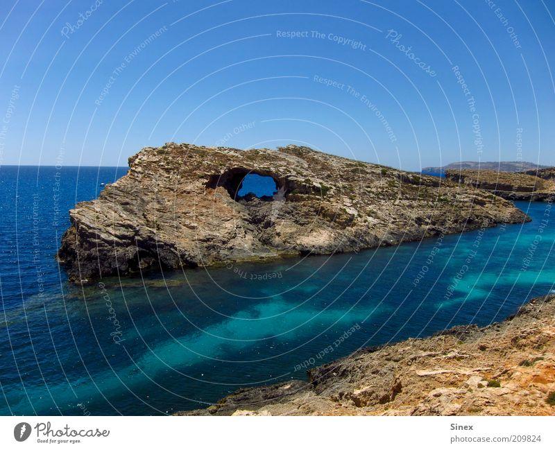 Dinosaurierauge Natur Wasser Meer Sommer ruhig Landschaft Küste Felsen Insel Reisefotografie fantastisch fest Bucht Loch skurril Blauer Himmel