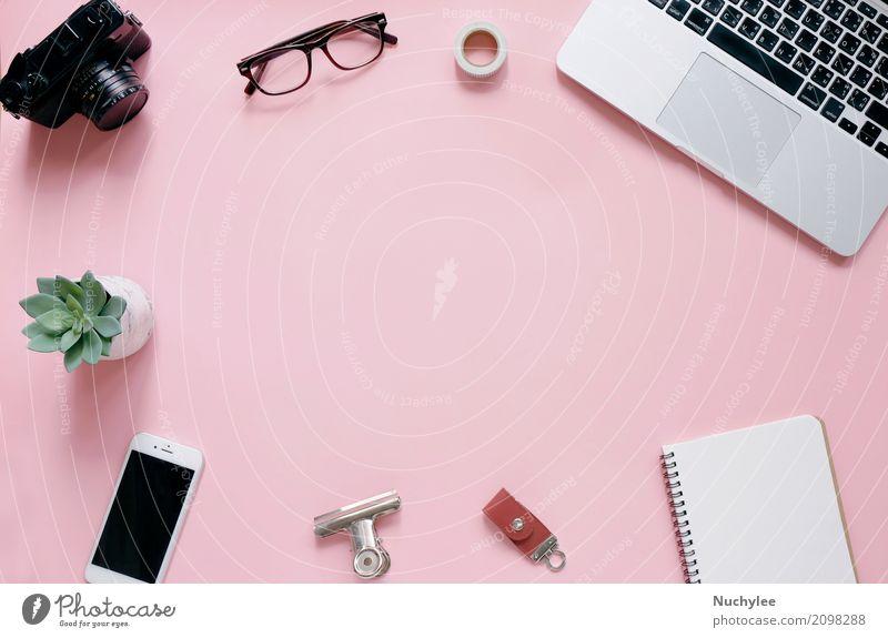 Kreative Flachlegung von Schreibtisch, Büromaterial und Lifestyle-Objekten auf rosa Hintergrund mit Kopierfläche Attrappe Produkt oben abstrakt blanko hell