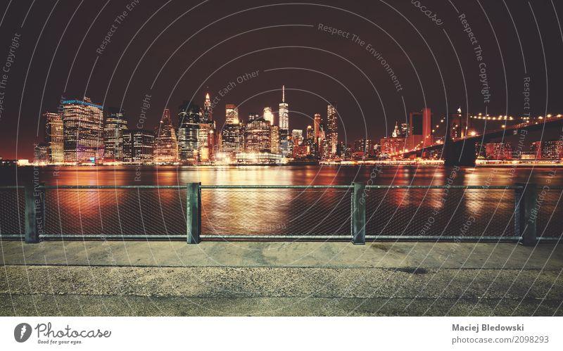 Promenade mit Blick auf die Skyline von Manhattan in der Nacht. Ferien & Urlaub & Reisen Stadtzentrum Hochhaus Hafen Brücke Gebäude Architektur Sehenswürdigkeit