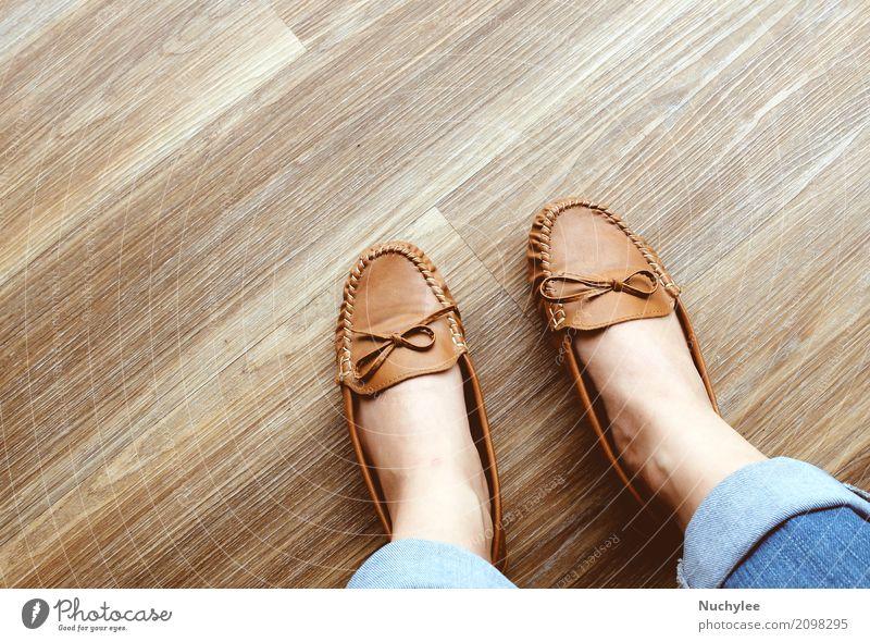 Die Beine der Frau in den Jeans, die flache Schuhe des Leders tragen Stil Design feminin Kleinkind Erwachsene Jugendliche Fuß Mode Bekleidung Jeanshose
