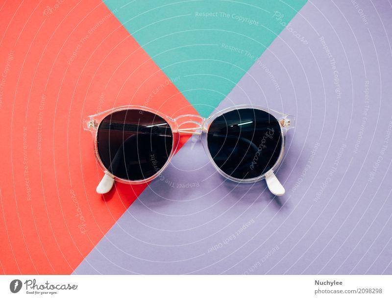 Modische Sonnenbrille auf buntem Hintergrund Farbe weiß schwarz Lifestyle Stil Business Mode Design Arbeit & Erwerbstätigkeit Textfreiraum hell Büro modern
