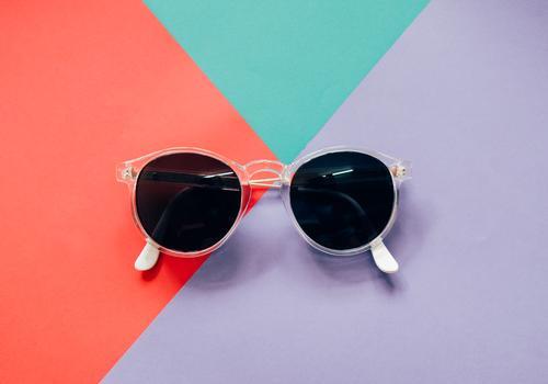 Modische Sonnenbrille auf buntem Hintergrund Lifestyle Stil Design Dekoration & Verzierung Schreibtisch Arbeit & Erwerbstätigkeit Arbeitsplatz Büro Business