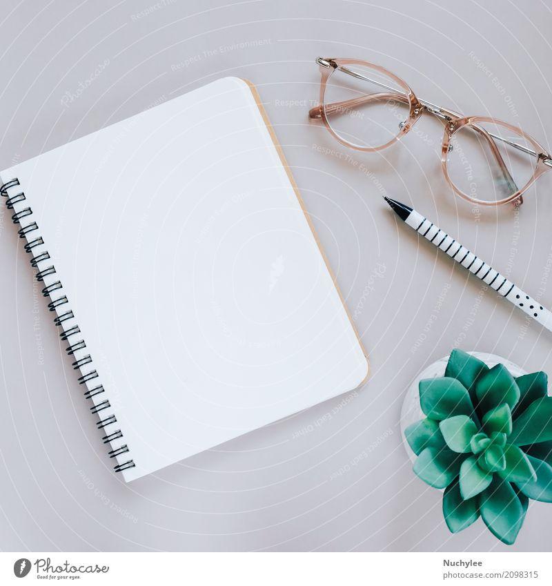 Flache Lage des minimalen Arbeitsplatzes Schreibtisch mit Notebook Lifestyle Stil Design schön Business Kunst Natur Pflanze Frühling Blatt Mode Brille Papier