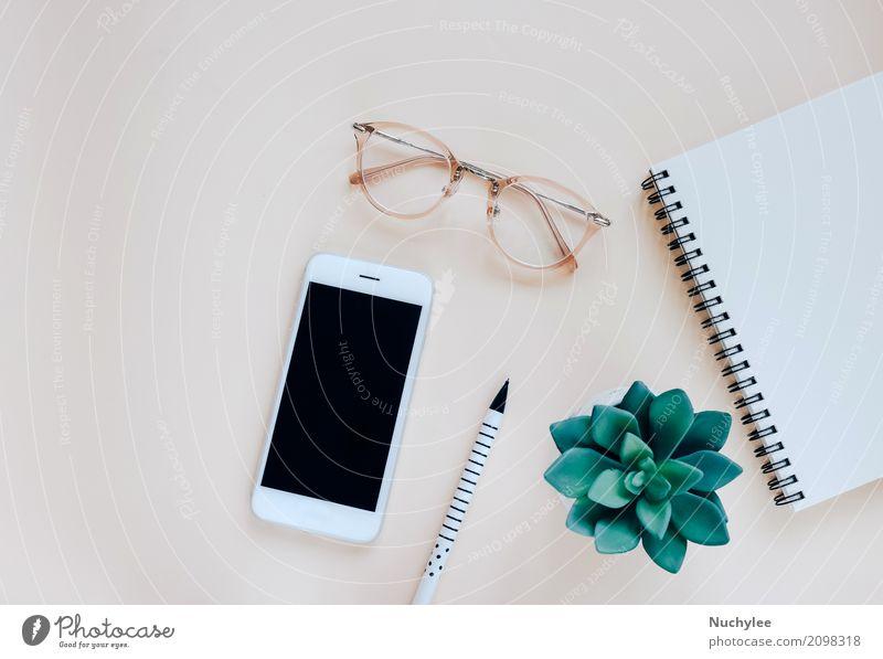 Flache Lage des minimalen Arbeitsplatzes Lifestyle Stil Design Business Telefon Handy PDA Bildschirm Technik & Technologie Kunst Natur Pflanze Frühling Mode
