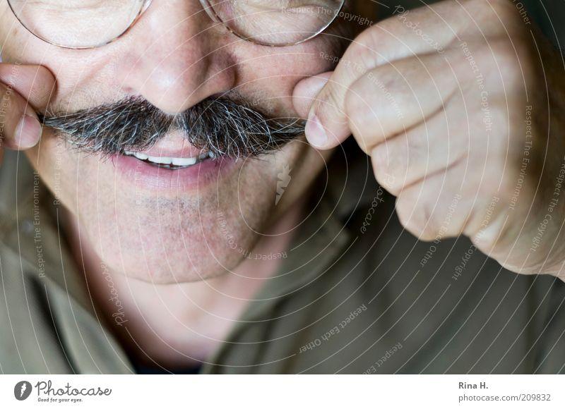 Best Ager zwirbelt seinen Bart Mensch Mann Gesicht Erwachsene Leben Senior Haare & Frisuren Glück maskulin Nase Finger authentisch Brille Zähne Lächeln