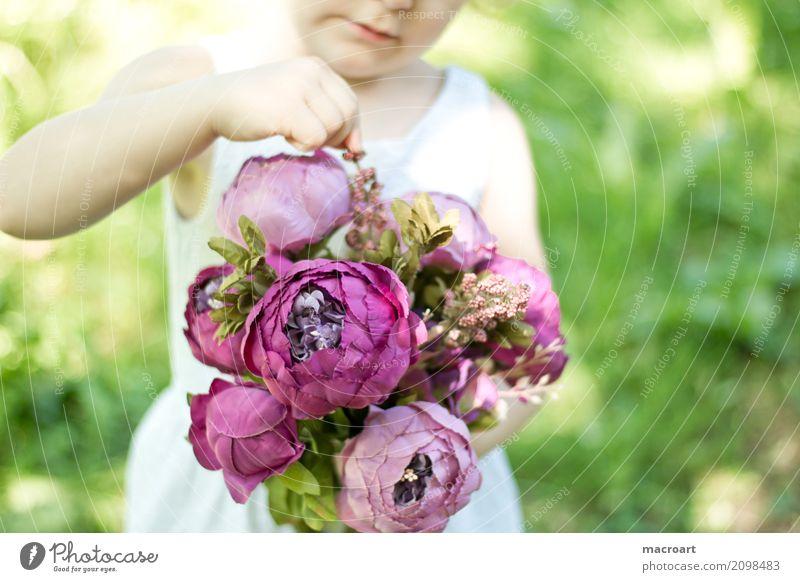 Blumenmädchen Blumenstrauß blumenmädchen Mädchen Kind Kleinkind rosa Sommer Floristik Geschenk schenken begreifen lernen berühren Erfahrung weiß Kleid Muttertag